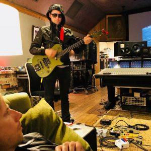 Matthew Bellamy de Muse en studio avec une Manson DR-1
